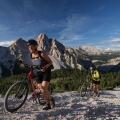 Mountainbikers in de Dolomieten, Italië