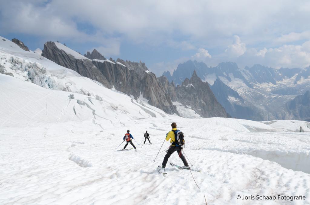Navigeren tussen de spleten op de Vallée Blanche gletscher