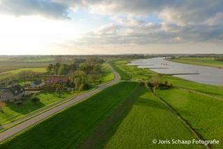 De Rijndijk tussen Driel en Heteren met de Nederrijn en A50-brug op de achtergrond
