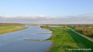 Nederrijn: stuwcomplex van Driel en de stad Arnhem in de achtergrond