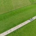 Fietsers op de vernieuwde Waaldijk bij Brakel, Gelderland