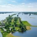 Uitzonderlijk hoogwater in de zomer op de Waal bij Ewijk (Gelderland)