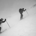 Toerskiërs in een sneeuwstorm, Zwitserland