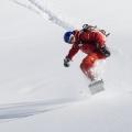 Snowboarder springt in de sneeuw, Wallis, Zwitserland